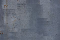 从油漆和铁锈污点的灰色金属纹理在老铁墙壁上 免版税库存图片