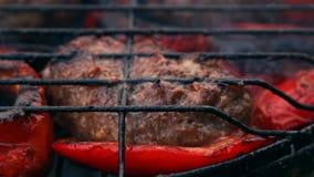 从油煎的肉的炸肉排在格栅用保加利亚红色甜椒 股票录像