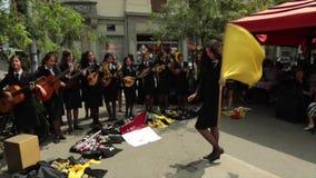 从波尔图,葡萄牙的学生在萨格勒布,克罗地亚唱歌 股票录像