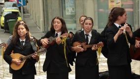 从波尔图,葡萄牙的学生在萨格勒布,克罗地亚唱歌 股票视频