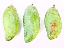 从泰国的绿色芒果在空白背景查出 库存照片