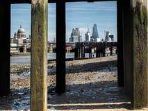 从泰晤士河的其他边的伦敦市 免版税库存图片