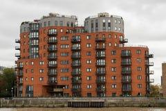 从泰晤士河观看的美丽如画的东伦敦大厦 库存照片
