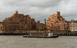 从泰晤士河观看的美丽如画的东伦敦大厦 免版税图库摄影