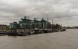 从泰晤士河观看的美丽如画的东伦敦大厦 库存图片