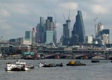 从泰晤士的伦敦财政区城市有驳船的 图库摄影