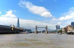 从泰晤士的看法塔桥梁、碎片、Butler's码头和携带无线电话的在一个晴天 免版税库存照片