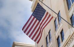 从洛杉矶街市市大厦显示的美国旗子 图库摄影