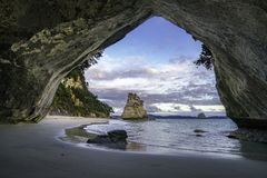 从洞的看法在大教堂小海湾, coromandel,新西兰15 库存照片
