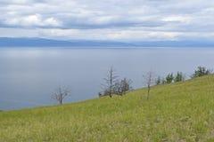 从海岛的绿色倾斜的蓝色贝加尔湖 图库摄影