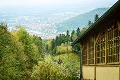 从海得尔堡镇的铁路路小山 免版税库存照片