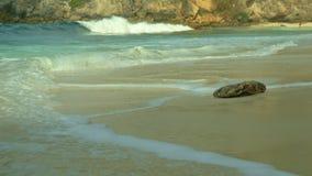 从海波浪海滨的美丽的景色打破在天堂沙漠海滩的在岩石峭壁背景中在热带海岛 股票视频