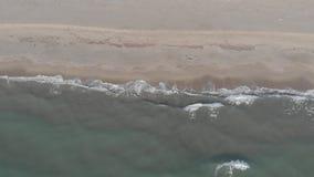 从海洋的鸟瞰图与美丽的波浪被碰撞的和鲜绿色海的岸的 股票录像