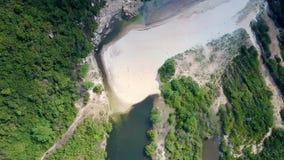 从海浪的飞行在沙子海滩向浅河 股票录像