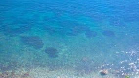 从海海湾的清楚的天蓝色的水的高海岸的惊人视图 美丽的海滨 在蓝色的太阳强光 影视素材