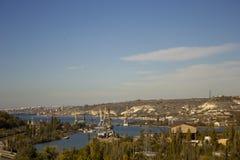 从海海湾的顶端看法与起重机和船在一困天 免版税库存照片