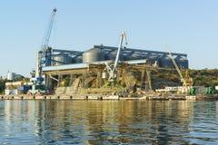 从海湾的一个看法到五谷终端和装货在海港停泊抬头 免版税库存照片