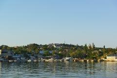 从海湾的一个看法到小乐趣的码头和渔船在城市的北部 免版税库存图片