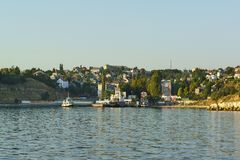 从海湾的一个看法在轮渡码头和住宅发展在城市的北部 免版税图库摄影