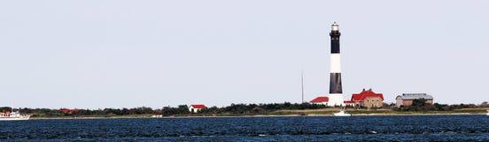 从海湾边采取的火海岛灯塔 库存图片