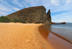 从海滩查看的石峰岩石 免版税库存照片