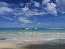 从海滩的海视图在通过乘小船 免版税库存照片