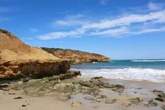 从海滩的澳大利亚沿海海洋场面与明亮的蓝天 免版税库存照片