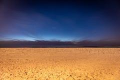 从海滩的看法在与星的晚上 免版税库存图片