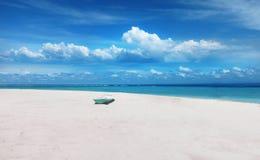 从海滩的美丽的景色在伦邦岸岛海岛,巴厘岛 库存照片