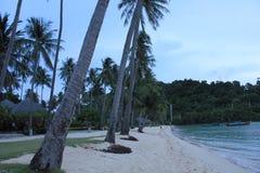 从海滩看见的小船在泰国 库存图片