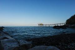 从海滩看见的Trabocco 库存照片