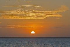从海滩观看的Magnificient日落, Nungwi,桑给巴尔,坦桑尼亚 免版税库存照片