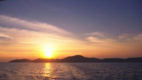 从海的看法到在日落,海景期间的海岛 股票视频