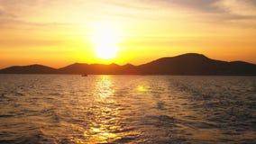 从海的看法到在日落,海景期间的海岛 股票录像