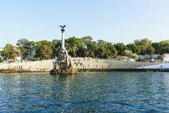 从海的看法城市、Nakhimov大道和纪念碑的散步的对被破坏的船 免版税库存图片