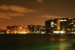 从海的看法夜沿海南部的城市的,背景 库存图片