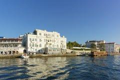 从海的看法海滩和塞瓦斯托波尔海军陆战队员水族馆博物馆的 免版税库存图片