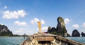 从海的Railay海滩全景一条传统Thailandese长尾巴小船的 图库摄影