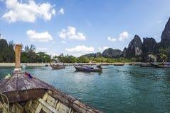 从海的Railay海滩全景一条传统Thailandese长尾巴小船的 免版税库存图片