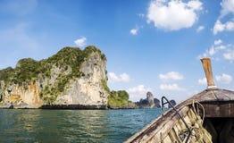 从海的Railay海滩全景一条传统Thailandese长尾巴小船的 库存图片