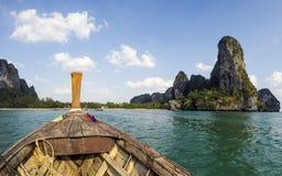 从海的Railay海滩全景一条传统Thailandese长尾巴小船的 免版税图库摄影