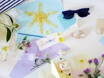 从海盐、花和五颜六色的夏天明信片在轻的背景,顶视图的太阳 库存图片