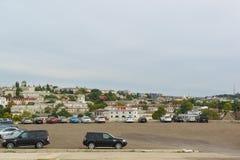 从海角水晶的小山的看法在海边镇 免版税库存图片