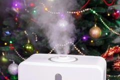 从润湿器的蒸气在圣诞节背景 免版税库存图片