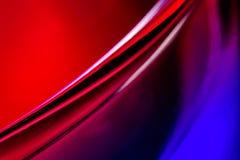 从液体在玻璃宏指令,照片的红色和蓝色明亮的背景 免版税图库摄影