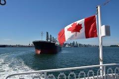 从港口游轮的温哥华街市视图 库存照片