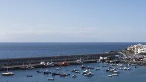 从港口的附近的小山的全景,保护受大墙壁、小游艇船坞和Playa的de圣胡安美丽如画的镇  库存图片
