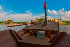从游船的看法在清真寺 沙捞越河 古晋,婆罗洲,马来西亚 库存图片