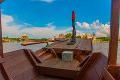从游船的看法在清真寺 沙捞越河 古晋,婆罗洲,马来西亚 免版税库存照片