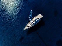从游艇寄生虫的空中俯视图在深蓝色海 库存照片